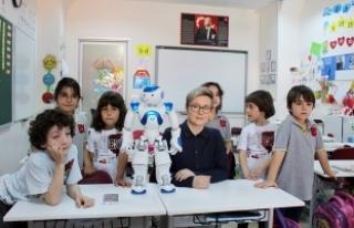 """Finlandiya'da öğretmenlik yapan robot """"Elias""""..."""
