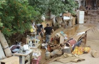 Sel felaketinde mağdur olan vatandaşlar yardım...