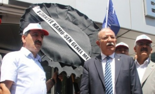 KAMU-SEN'DEN SİYAH ÇELENKLİ PROTESTO