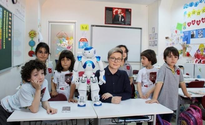 """Finlandiya'da öğretmenlik yapan  robot """"Elias"""" Türkiye'de"""