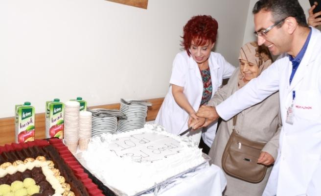 10 Yıllık Kanser Tedavisi Sona Erdi Son Tedavinin Ardından Pasta Kesildi