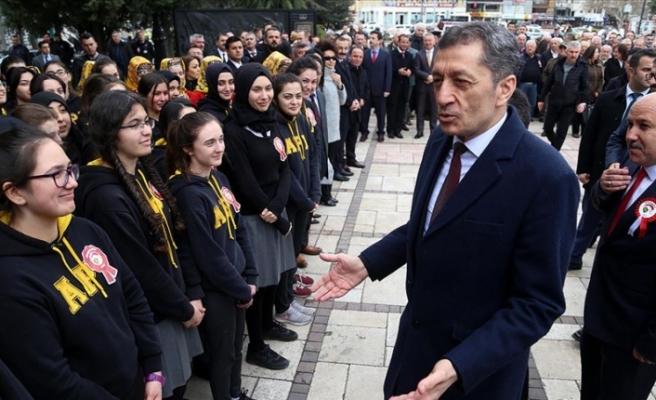 Milli Eğitim Bakanı Ziya Selçuk'un Öğrencilerle Gülümseten Diyaloğu