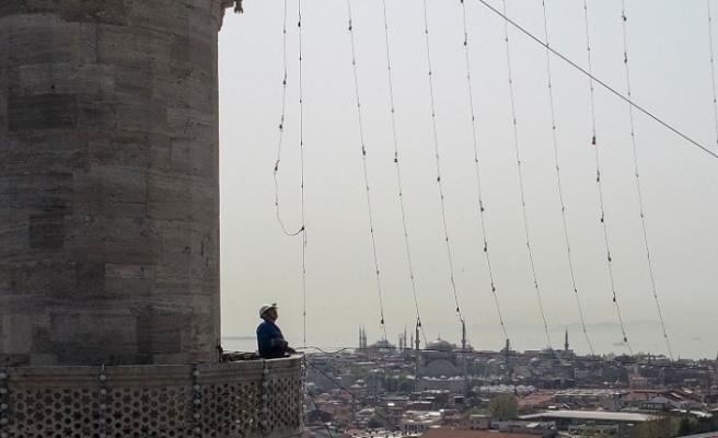 Ramazan Ayı Öncesinde, İstanbul'daki Camilere Mahyalar Asılmaya Başlandı