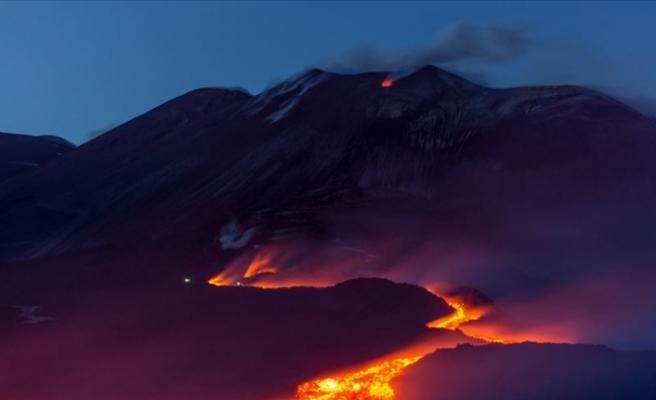 Avrupa'nın En Yüksek Aktif Yanardağı Etna'dan Lav ve Kül Püskürüyor
