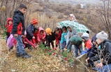 Öğrenciler, Şehit Öğretmenlerinin Mezarına Gül Bıraktı ve Dua Okudu