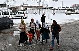 Vatandaşlar Sandığa Kar Yağışı Altında Gidiyor