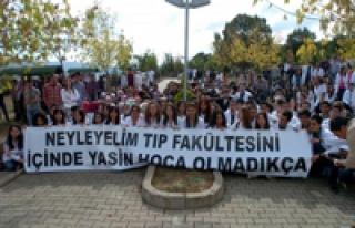 250 öğrenci hocası için oturma eylemi yaptı