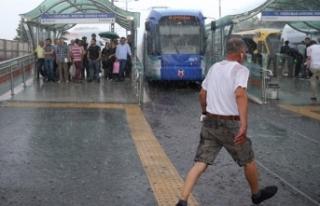 Meteoroloji Saat Verdi: İstanbullular Dikkat Geliyor