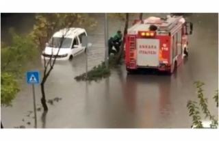 Ankara'da Kuvvetli Sağanak Yağış: Araçlar Suya...
