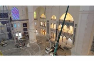 Çamlıca Camii'nin Devasa Avizesi de Yerleştirildi