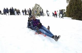 Afrikalı Öğrenciler Doyasıya Kar Sevinci Yaşadı