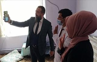Bakan Selçuk, Köy Öğretmenleriyle Telefonda Görüntülü...