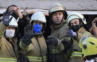 İzmir'in Bayraklı İlçesi: Enkazdan 4 Kişi Yaralı Çıkarıldı