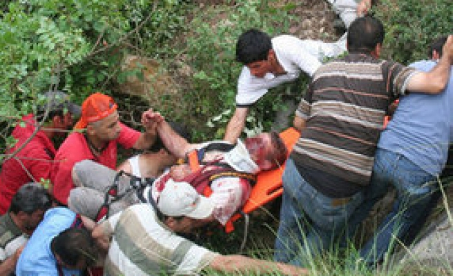 100 metrelik uçuruma düşen öğretmen sağ kurtarıldı