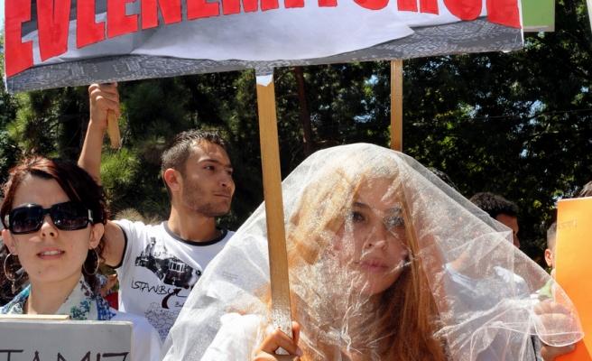 Atanamayan öğretmenlerden duvaklı protesto