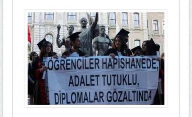 İSTANBUL ÜNİVERSİTESİ HUKUK FAKÜLTESİ MEZUNİYETİNDE GEZİ PROTESTOSU İŞTE O SLOGANLAR