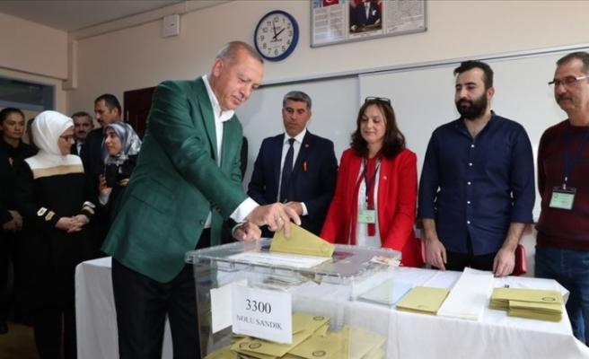 Cumhurbaşkanı Recep Tayyip Erdoğan, Oyunu Üsküdar'daki Saffet Çebi Ortaokulu'nda Kullandı