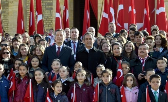 Milli Eğitim Bakanı Ziya Selçuk ve Öğrenciler Büyük Önder Atatürk'ün Huzuruna Çıktı