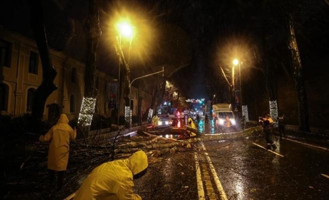 İstanbul'da Şiddetli Yağmur ve Fırtınanın Etkisi Sürüyor