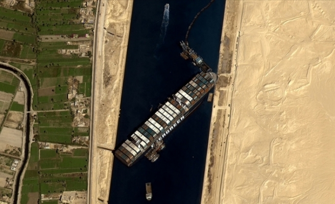 Süveyş Kanalı'nda Karaya Oturan Gemi Sonunda Yüzdürüldü