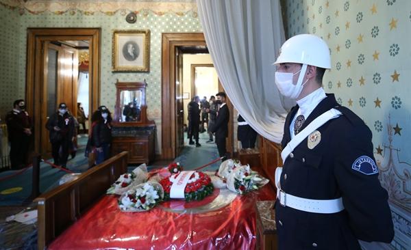 Dolmabahçe'de Anma Töreni! Vatandaşlardan Yoğun İlgi